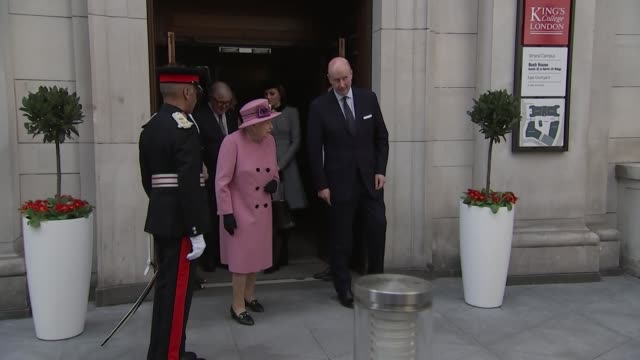 exterior shots of the queen and catherine, duchess of cambridge, departing king's college london after re-opening bush house on 19 april 2019 in... - キングスカレッジ点の映像素材/bロール