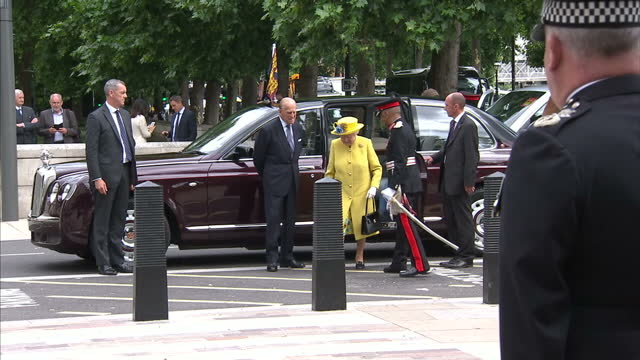 exterior shots of the queen and duke of edinburgh arriving at the new scotland yard headquarters and being greeted by met police commissioner... - ニュースコットランドヤード点の映像素材/bロール