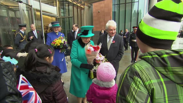 exterior shots of the queen and duke of edinburgh departing the francis crick institute on november 09 2016 in london england - francis crick stock videos & royalty-free footage