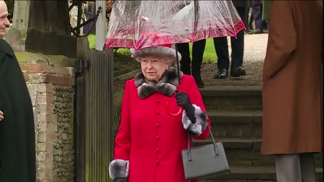 vídeos de stock e filmes b-roll de exterior shots of the queen and prince philip departing from sandringham church after attending the christmas morning service.>> on december 25, 2015... - 2015