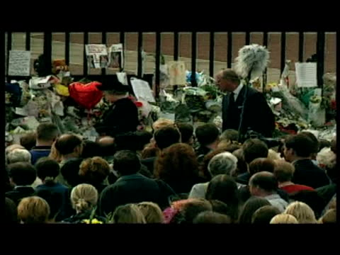 exterior shots of the queen and prince philip, duke of edinburgh, inspecting floral tributes & walkabout after death of diana, princess of wales.... - anno 1997 video stock e b–roll