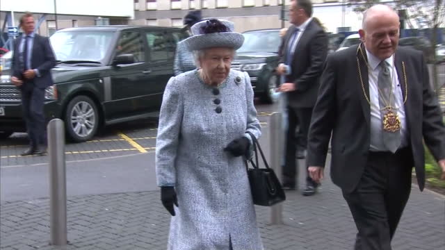 vídeos de stock, filmes e b-roll de exterior shots of the queen arriving to visit aberdeen royal infirmary and being greeted by hospital officials as crowds of local people and staff... - 2017