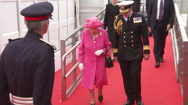 exterior shots of the queen departing in car after dday 75th anniversary commemorations on 5 june 2019 in portsmouth united kingdom - präsident der usa stock-videos und b-roll-filmmaterial