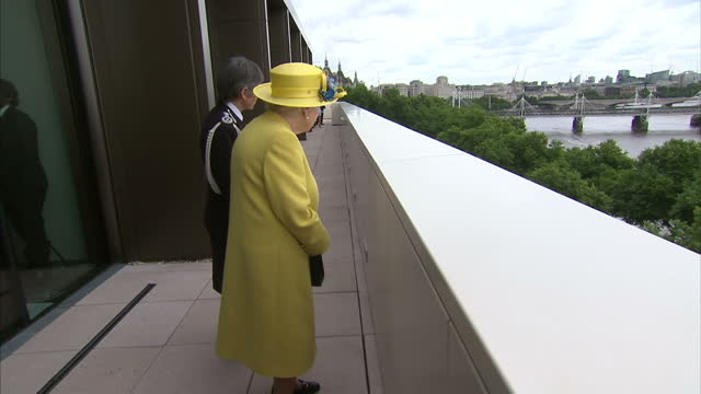 exterior shots of the queen looking over a balcony overlooking a police patrol boat on the thames on a visit to the new headquarters of scotland yard... - ニュースコットランドヤード点の映像素材/bロール