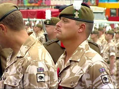 vidéos et rushes de exterior shots of the queen presenting medals to the 1st battalion the royal welsh on their return from afghanistan. - 50 secondes et plus