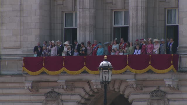 vídeos y material grabado en eventos de stock de exterior shots of the queen standing on the balcony including members of the royal family following the trooping of the colour at buckingham palace... - reina persona de la realeza