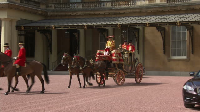 exterior shots of the queen's royal coach departing buckingham palace en route to parliament headline queen's coach departs buckingham palace on may... - britisches parlament stock-videos und b-roll-filmmaterial