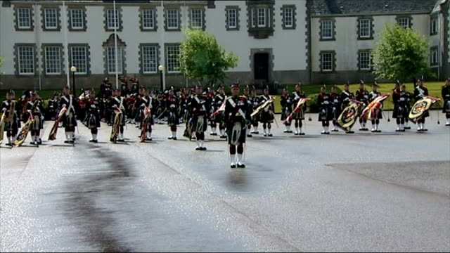 vídeos y material grabado en eventos de stock de exterior shots of the royal regiment of scotland band performing god save the queen audio may be subject to clearance royal regiment of scotland play... - regimiento