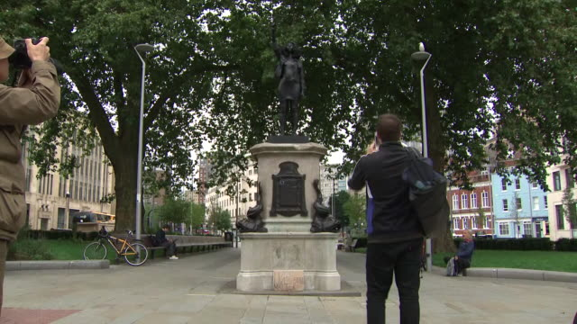 exterior shots of the statue of black lives matter activist jen reid put in place of slave trader edward colston and black lives matter protest signs... - bristol england stock-videos und b-roll-filmmaterial