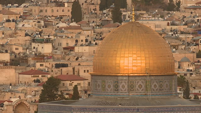 vídeos y material grabado en eventos de stock de exterior shots of the sun rising slowly over the old city of jerusalem from the mount of olives with the dome of al aqsa mosque reflecting the sun on... - cúpula