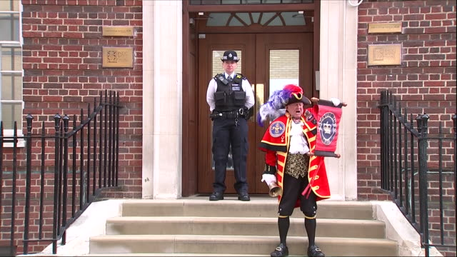 vídeos de stock, filmes e b-roll de exterior shots of the town crier announcing the birth of the royal baby outside of st mary's hospital on 23 april 2018 in london united kingdom - realeza