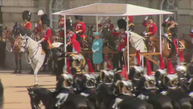 vídeos de stock, filmes e b-roll de exterior shots of the trooping of the colour ceremony with the king's troops royal house artillery and the royal household division riding past the... - 2018