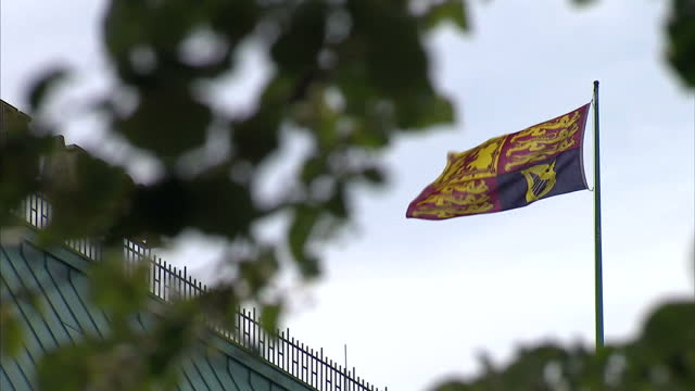 exterior shots of the union jack flag and the royal standard of the british monarchy flying outside the hotel adlon in berlin during the queen's... - 2015 stock-videos und b-roll-filmmaterial