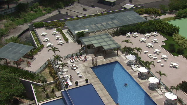 exterior shots of the view from the royal tulip hotel in rio de janeiro, overlooking rio de janeiro beach and the golf course at gavea golf and... - ゴールを狙う点の映像素材/bロール