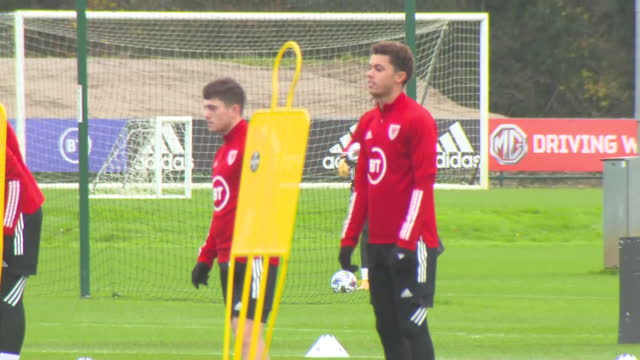 vidéos et rushes de exterior shots of the wales national team at training, in preparation to face finland in the uefa nations league. this footage was taken at the vale... - pays de galles