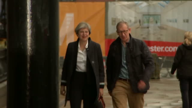 vídeos de stock, filmes e b-roll de exterior shots of theresa may arriving in manchester ahead of the conservative party conference accompanied by her husband philip may >> on september... - marido