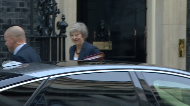 exterior shots of theresa may departing 10 downing street for the pmqs on 14 november 2018 in london, united kingdom - domande al primo ministro video stock e b–roll