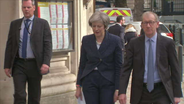 vídeos de stock, filmes e b-roll de exterior shots of theresa may pm and her husband philip may arriving to vote in local government elections on 3 may 2018 in maidenhead united kingdom - marido