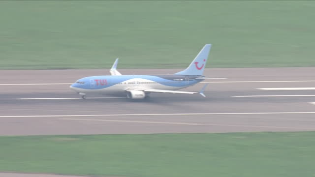 exterior shots of thomson airways plane taking off from runway at london gatwick airport on 5th september 2018 in gatwick, england. - ガトウィック空港点の映像素材/bロール