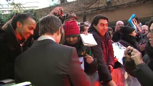 exterior shots of tom cruise signing autographs for fans at premiere of oblivion - tom cruise bildbanksvideor och videomaterial från bakom kulisserna