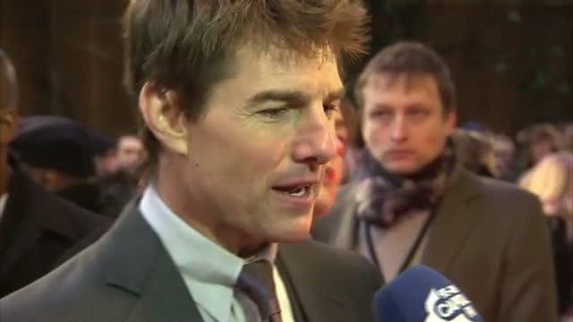 exterior shots of tom cruise speaking to reporters at premiere of oblivion - tom cruise bildbanksvideor och videomaterial från bakom kulisserna