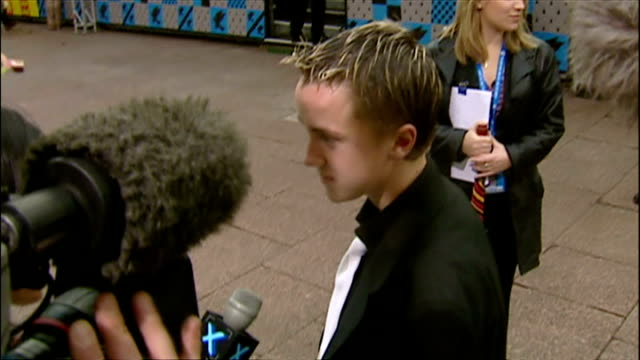 stockvideo's en b-roll-footage met exterior shots of tom felton speaking to press at the premiere of harry potter and the chamber of secrets on november 3 2002 in london england - harry potter en de geheime kamer
