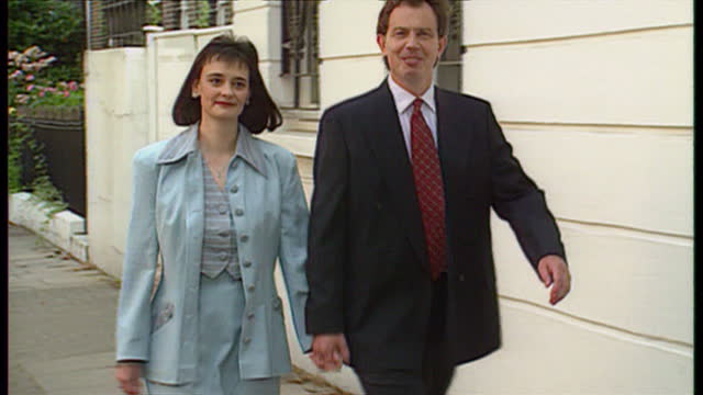 vídeos de stock, filmes e b-roll de exterior shots of tony blair and his wife cherie blair pose for photographers in barnard park, near their islington home on july 21, 1994 in london,... - primeiro ministro