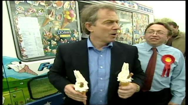 exterior shots of tony blair buying two 99 ice creams with flake from ice cream van and hand one of them to gordon brown before signing autographs... - ゴードン ブラウン点の映像素材/bロール