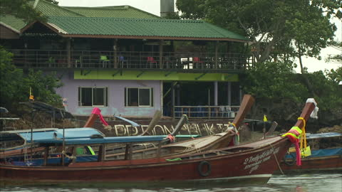 vídeos y material grabado en eventos de stock de exterior shots of tourist boats & yachts in the bay and the surrounding scenery on august 28, 2014 in koh phi phi islands, thailand. - islas phi phi