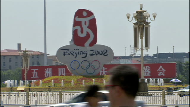 exterior shots of tourists in tiananmen square in the sunshine, with decorative fountains and blue skies, coinciding with the 2008 beijing olympics... - 2008年北京夏季オリンピック点の映像素材/bロール