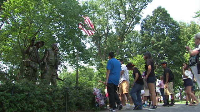 stockvideo's en b-roll-footage met exterior shots of tourists looking at the statue of the three soldiers at the vietnam veterans war memorial park on august 10 2014 in washington dc - vietnam veterans memorial