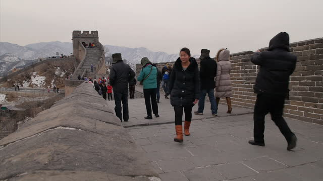 vidéos et rushes de exterior shots of tourists walking along the badaling section of the great wall of china and taking photographs scenic shots of the great wall of... - grande muraille de chine