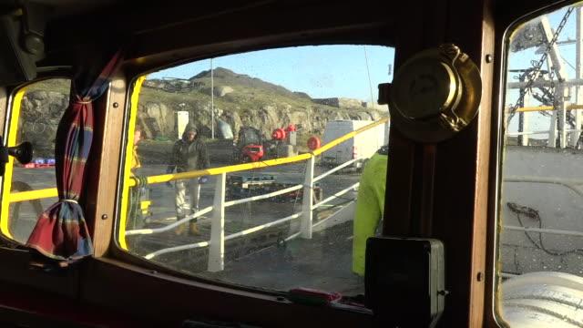 exterior shots of trawlermen on board a docked fishing vessel unloading the catch of the day on 8 december 2019 in barra, scotland - äußere hebriden stock-videos und b-roll-filmmaterial