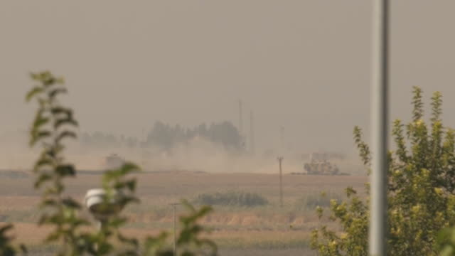 exterior shots of turkish tanks crossing the border and going into syria to fight kurdish militants on 10 october 2019 at the turkey syria border - siria video stock e b–roll