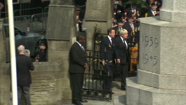 stockvideo's en b-roll-footage met exterior shots of uk prime minister david cameron london mayor boris johnson arriving for drummer lee rigby's funeral in bury greater manchester... - ministerie van defensie