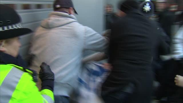 vidéos et rushes de exterior shots of uk uncut protesters demonstrating outside a vodafone store on oxford street uk uncut protesters outside vodafone shop at oxford... - récession