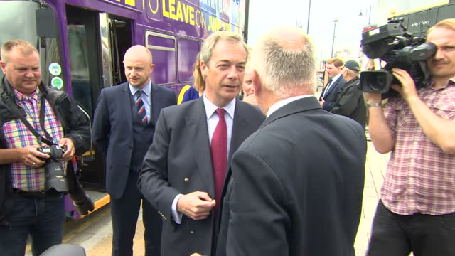 vídeos de stock e filmes b-roll de exterior shots of ukip campaign bus arriving in ramsgate shots of ukip leader nigel farage talking to people on campaign trail on june 13 2016 in... - ramsgate