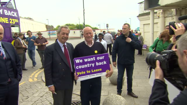 vídeos de stock e filmes b-roll de exterior shots of ukip leader nigel farage campaigning for vote leave on june 13 2016 in ramsgate united kingdom ukip leader nigel farage is in... - ramsgate