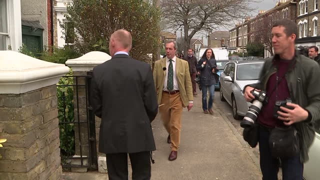 vídeos de stock e filmes b-roll de exterior shots of ukip leader nigel farage going door to door in ramsgate meeting electorate on april 11 2015 in ramsgate england - ramsgate