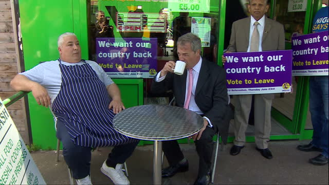 vídeos de stock, filmes e b-roll de exterior shots of ukip leader nigel farage sat outside pie and mash shop next to its owner drinking a cup of tea on may 23, 2016 in dagenham, england. - pie humano