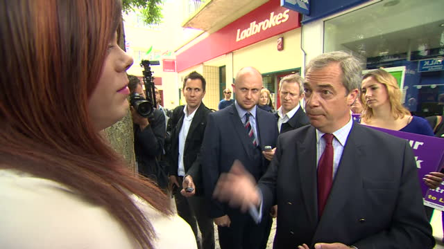 vídeos de stock e filmes b-roll de exterior shots of ukip leader nigel farage talking to transgender person about medical research and training of staff in the eu and what it would be... - ramsgate