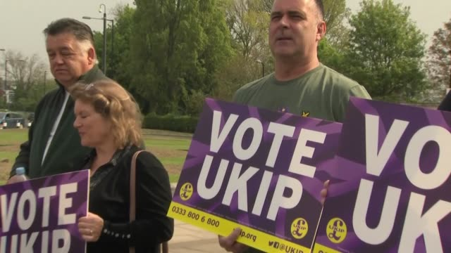 vídeos y material grabado en eventos de stock de exterior shots of ukip members distributiing placards and setting up their presser stand in advance of their eu campaign launch in middlesbrough on... - noreste de inglaterra