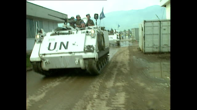 vidéos et rushes de exterior shots of un convoy arriving at dobrinja in june 1992 in sarajevo, bosnia and herzegovina. - bosnie herzégovine