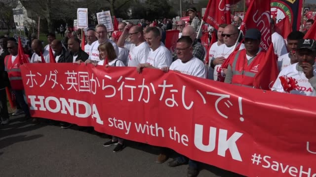 exterior shots of unite union leader len mccluskey with a crowd of protesting honda workers with protest banners in response to the planned factory... - gewerkschaft stock-videos und b-roll-filmmaterial
