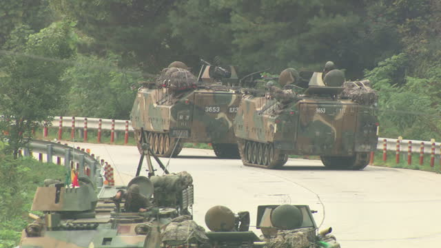 exterior shots of us and south korean troops taking part in joint military drills in tanks and running with guns on 20 september 2017 in pocheon... - 韓国点の映像素材/bロール