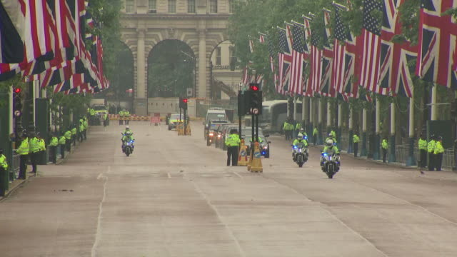 exterior shots of us president donald trump motorcade driving through the mall to the buckingham palace and on 04 june 2019 in london united kingdom - state visit stock videos & royalty-free footage