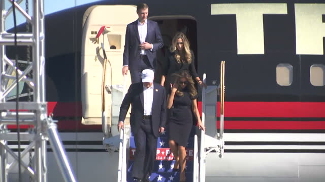 vídeos de stock, filmes e b-roll de exterior shots of us presidential candidate donald trump walking off his plane with his wife melania trump on november 5 2016 in wilmington north... - wilmington carolina do norte