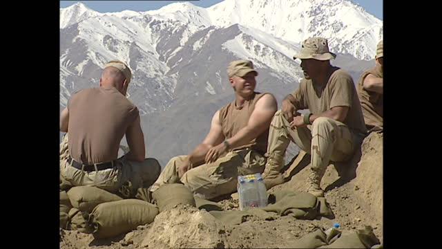 exterior shots of us troops practice setting up weapon and soldiers sat at ease on hill with afghan mountains in the background on 26th march 2002 in... - bagram stock videos & royalty-free footage