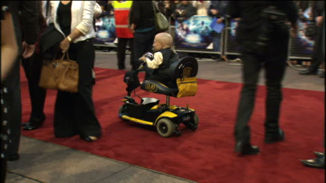 exterior shots of verne troyer on red carpet at premiere of the imaginarium of doctor parnassus. - verne troyer stock videos & royalty-free footage