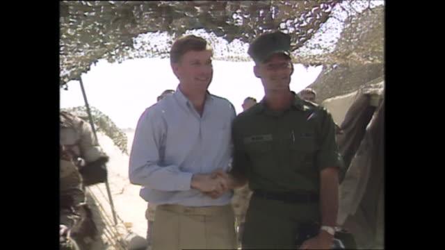 vidéos et rushes de exterior shots of vice president dan quayle on a visit to us marines meeting troops during operation desert shield on 30 december 1990 in eastern... - opération tempête du désert